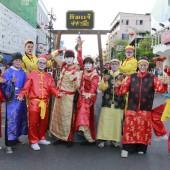 ตัวตลกโบโซ่ชุดจีน งานตรุษจีนภูเก็ต วันที่ 26-28 ก.พ.58